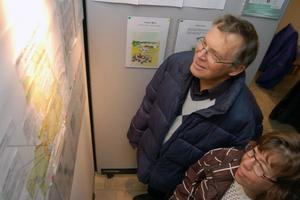 Jan Alfredsson med dottern Anna från Orsa tittar på kartan med poststationer och postombud i Mora, som fanns förr i tiden.