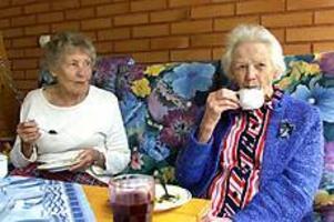 Foto: NICK BLACKMONFikastund. På en av Selggrensgårdens balkonger sitter Lizzie Wickberg och Margareta Nyström och dricker kaffe, vatten och saft. I det varma vädret är det extra viktigt att få i sig mycket vätska och att sitta i skuggan.
