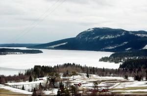 Hällsjön är sju kilometer lång och sträcker sig mellan Ede och Kaxås. Här satte fiskevårdsförening ut öring under 50 års tid, men arbetet avbröts då man ville få till ett naturligt bestånd.