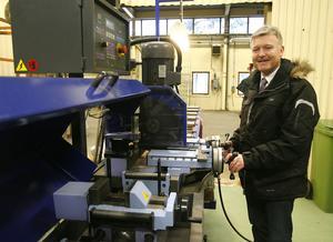 Det blir en del maskininköp till Pepabs nyinrättade svetsverkstad på Björnängsvägen. Vd Stig-Olof Elmelind visar senaste inköpet: en kapmaskin.