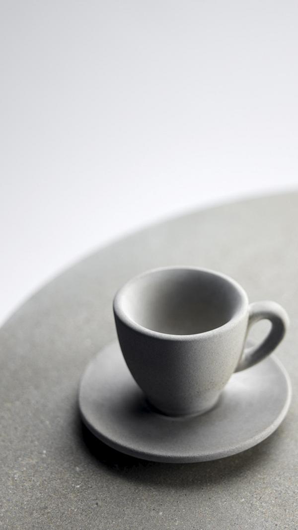 Sidobordet säljs med koppen fastmonterad på bordskivan.
