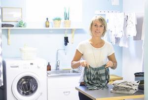 Inredningsjournalisten Sara Hellström och hennes man Johan renoverade källaren själva och byggde tvättstuga.