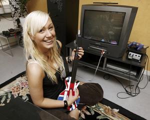 Långlivad fluga. Spelupplägget, variationen, utvecklingen och känslan man får av Guitar Hero talar för att spelet kommer överleva menar Emma Lindblom.