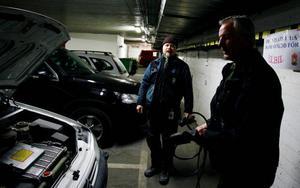 Kjell Wroblewski och Gunnar Svensson kunde inte ha en bättre bil än sin elbil. – Vi kör ju bara mellan 2 och 5 mil per dag så det är ju perfekt, säger Kjell.    Foto: Henrik Flygare