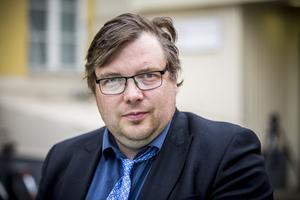 Henrik Olofsson, Sjukvårdspartiet i Gävleborg (SVG), reagerar mot mängden handlingar fritidspolitiker måste läsa inför sammanträdena. Handlingar, pappershög, dokument, protokoll.