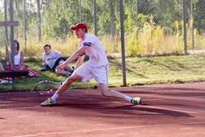 4 augusti: Johan Backström från Uppsala leker hem Västanfors Open i högsommarvärmen.
