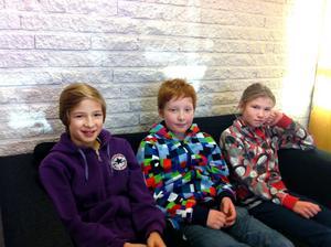 Eric Williamsson, Isaac Hed och Ewa Gabrielsson försvarar Jernvallsskolans färger i jubileumsupplagan av Vi i femman.