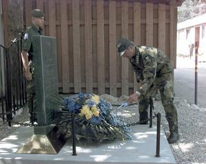 Kung Carl XVI Gustaf lägger ner krans i Bosnien 1997, vid svenska Camp Oden i Tuzla, för att hedra omkomna svenska soldater.