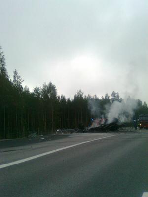Den utbrunna lastbilssläpet vid olyckan på riksväg 70 norr om Rembo tisdagsmorgonen.