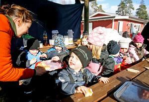Camilla Gauffin serverar barnen hemgjord äppelkaka på ettårsdagen.