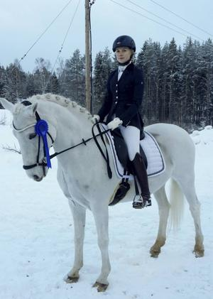 En nöjd Maja Wennstig på sin D-ponny Gimmic efter andra platsen i årets tävlingsdebut. Foto: