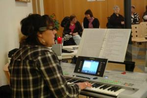 DANSBAND. Hon är medlem i dansbandet Lasses. Numer kör Eva Norberg dock mest själv. På fredagsförmiddagen sjöng och spelade hon på Café Björken, som en del i den pågående kulturveckan.