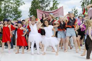 Alla dansare tillsammans på scenen i Viksjöfors.