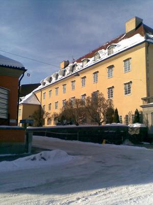 Insynsskyddat läge på Västgötegatan 2-4. Snön har samlats som en solfjäder runt fönstren på takåsen