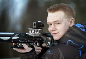 Christoffer Efraimsson med sitt luftgevär som han rönt stora framgångar med.