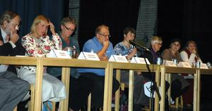 Från vänster, Jan Engsås (FP), Ann Pettersson (HP), Anki Rooslien (S), Jan Bergqvist (M), Ann-Marie Samuelsson (MP), Gun Drugge (C), Emilia Kax (KD), och Åsa Wedin (V) deltog i debatten som Företagarna bjudit in till. Foto:Roland Berg