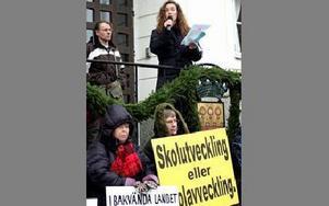 Ingrid Stenvall, ordförande i Lärarförbundet, ledde manifestationen och uppmanade politikerna att tänka om.FOTO: BERIT DJUSE