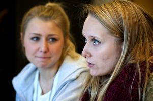 Frida Johansson och Anna-Clara Eriksson har UF-företaget Teatermakarna och sätter upp musikalen Annie i mars. Projektet är även deras examensarbete sista året på gymnasiet. Förutom att hålla i alla trådarna agerar de även regissörer.