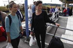 I väntan på Stockholmståget: Första delresan mot Italien för Terese Kristoffersson och Melinda Ingalls, som nu tar semester från ÖDFF och fotbollen.