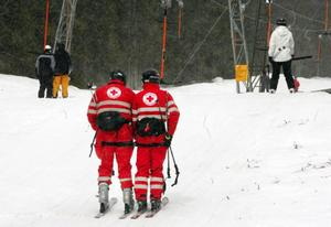 Här kommer hjälpen. Röda korset har åtta personer på plats i Bydalen under påsken.