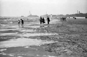 Till Liepajas Östersjöstrand kom folk för att promenera och bada. Den ligger 35 mil från Nynäshamn. Foto: Torbjörn Carlsson