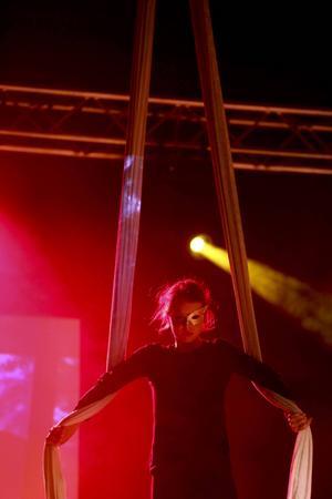 Cirkus finns med i kulturskolans utbud. Här är det Nova Crawford Currie som håller i banden.