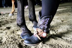 Cowboystil från topp till tå är ett måste för den som rider och tävlar i westernridning.