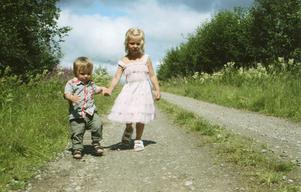 En julidag i Gölsbo när barnen och barnen har spring i benen.Juryns omdöme: En klassisk ögonblicksbild, mer somrigt än så här blir det inte.Foto: Ulrika Bengtsson, Glössbo