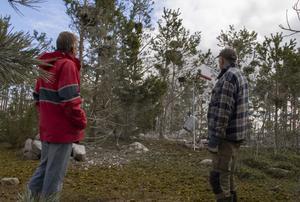 Anders Svensson och John-Bertil Svedin från Skärså fiskareföreninghoppas gasolkanonen kan skrämma bort skarven.