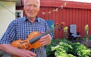 Yngve Wängermark tillverkar sina egna fioler. Just nu håller han på med sin sjunde, som kan skådas i stadsbibliotekets cafeteria under augusti månad. FOTO: LINNEA JOHANSSON