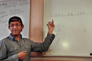 Mustafa Qaimi från Afghanistan går på kyrkans språkundervisning. Här leker han