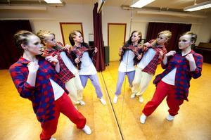 Hoforstjejerna Matilda Sannelius, Amanda Hedblom och Emelie Boman i dansgruppen 720 TSC hade dagen före gjort koreografin till sitt nummer.