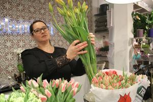 Udda tulpaner blir vårfavoriter. Therese Borg-Ericsson på Mästerblomman visar upp franska tulpaner som har längre stjälkar  än andra.