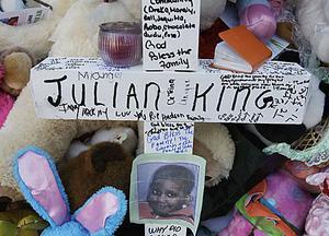 Sörjande har lämnat meddelande och gåvor utanför den mördade Julian Kings hem i Chicago.