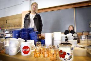 Natalie Sjöö och Nadine Marklund sålde loppisgrejor på fredagen.