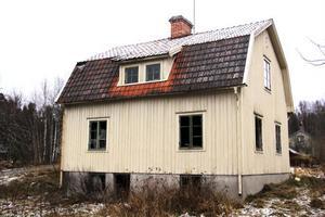 Det fanns gott om övergivna hus i den trakt som rymdvarelsen hade hamnat i.