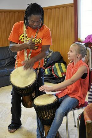 Tummen upp.   Endrina Möller Weklauf  får tummen upp av Julien Djenke när hon lyckas med takten på de afrikanska trummorna.