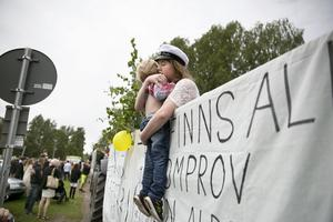 22-åriga trebarnsmamman Jonna Lundin var en av Borlänges studenter. Treåriga Elton Andersson hade svårt att skiljas från mamma.