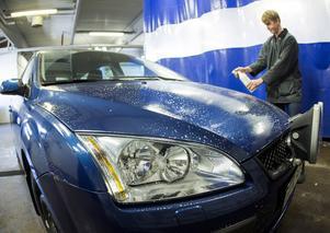 Stora prisskillnader på manuell biltvätt förekommer i Gävle. Personen på bilden har inget med artikeln att göra.