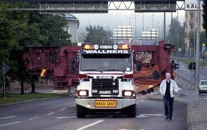 Att transportera stålverkets olika delar till exporthamnen i Gävle var inte lätt och krävde specialfordon, kunniga chaufförer och poliseskort. Här en bild när en transport knixar sig genom Falun.