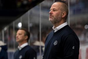 Den sparkade tränarduon Örjan Lindmark, i bakgrunden, och Markus Åkerblom. Foto: Daniel Eriksson/Bildbyrån