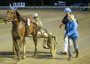 Danish Carrie efter segern i V5–5. Rikard N Skoglund kunde glatt konstatera att det fortfarande finns andelar i hästen – bättre marknadsföring än en dramatisk seger med flygande spurt går nog knappast att få..