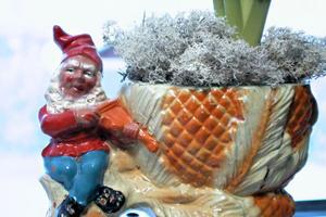 Det finns också blomkrukor med jultomtar. Denna tomte, som spelar fiol, ropade Elisabet in på en auktion i Voxnabruk.
