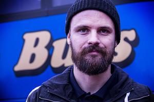 Niklas Ehnberg är busschauffören som åker bräda.