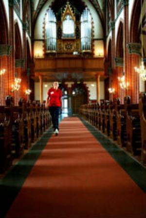 Mikaela Eriksson är sommarguide i GA-kyrkan. Hon svarar på frågor och ser till att besökarna känner sig välkomna.