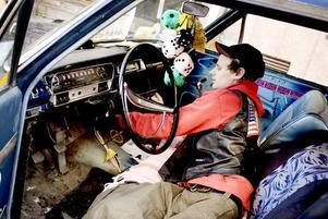 SLITEN. En sliten men älskad bil är Björn Wallins Opel Olympia från 1963. Men än så länge får han inte köra den själv – han har nämligen inget körkort.