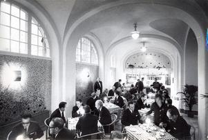 Stadshotellet blev från första början ett centrum för sociala evenemang. Middagar, baler, konferenser och mycket mer. Här en bild från den 3 december 1966. Då skedde nyinvigning av gamla vestibulen som hade byggts om till rôtisserie.