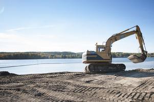 Arbetet med att förlänga badsäsongen i Barken i centrala Smedjebacken pågår nu för fullt.