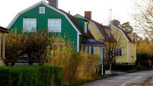Att man själv trivs med färgen på huset är viktigt. Men det är också viktigt att huset passar in i omgivningen.