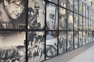 Anders Petersens fotografier blir en maffig upplevelse där de täcker vägg efter vägg.